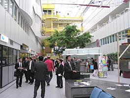 入院病棟と診療棟のアトリウム空間